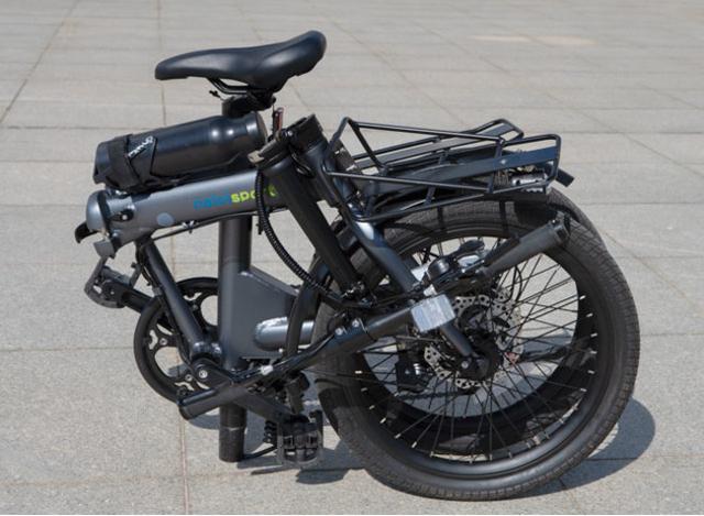画像: コンパクトに折りたため、自動車や電車での移動も可能。タイヤが平行になるので持ち運びも簡単です。