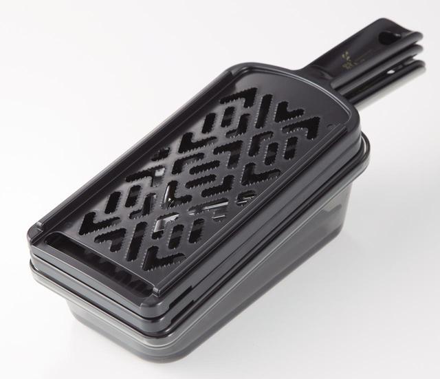 画像: 関孫六 調理器セット(ガード付き) レギュラー 5,500円(税込み) おろし器、Vスライサー、千切り器がセットになった1台3役の調理器セット。指ガード付きで初心者でも安心。キッチンで邪魔にならないスタッキング収納です。