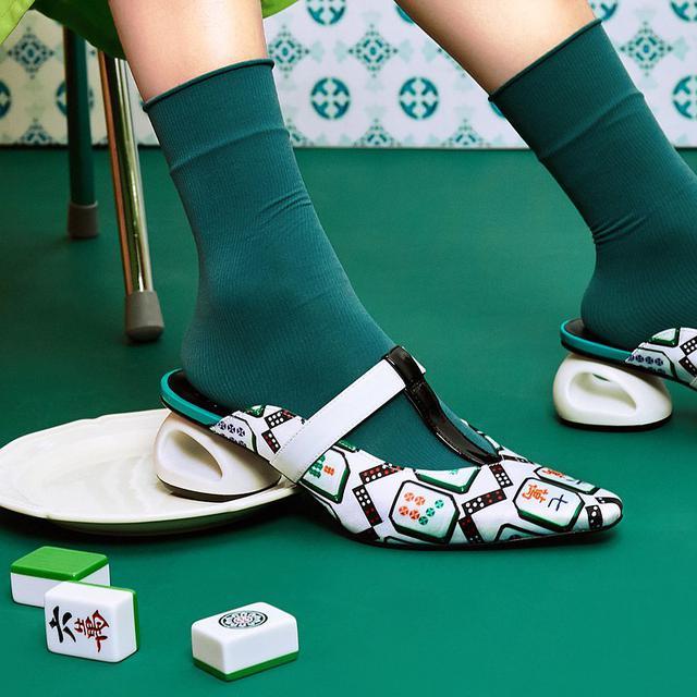 画像:   HOA X Yi-ming   Mahjong Printed Satin Ladies Mule   White   5607   - House of Avenues  - パンプス   Pinkoi
