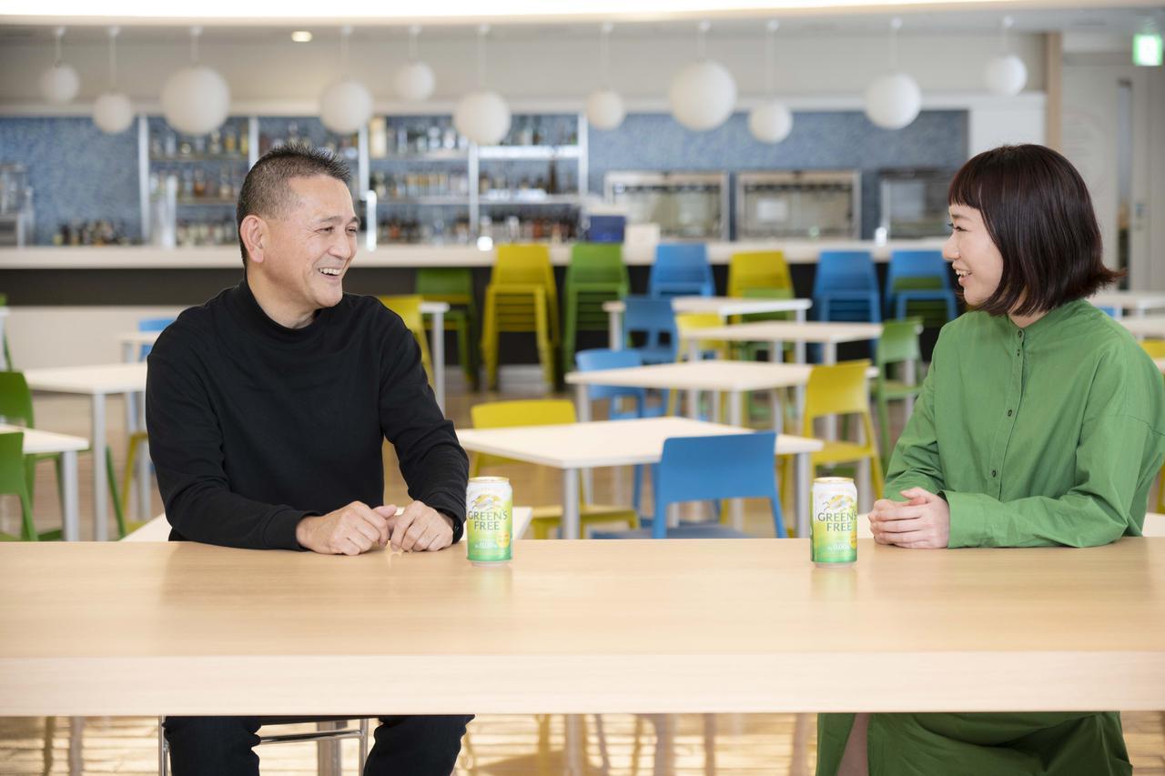 画像: マスターブリュワーの田山さん(左)と、マーケティング担当の久保さん(右)
