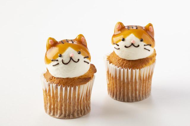 """画像: 【Fairycake Fair(フェアリーケーキフェア)】 にゃらんキャラメルクリーム 1個490円生クリームとチョコペンで表現した""""にゃらん""""の表情にキュンとする手作りならではの一品。ケーキは塩キャラメルソース入りで上品な甘さ。"""