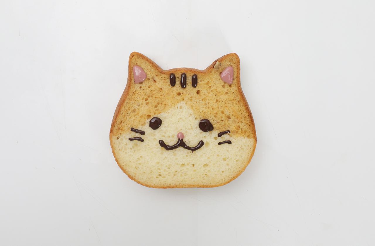 """画像: 【東京ねこねこ】 ねこねこ食パン にゃらん 1斤900円/チョコペン150円 キャラメル風味の""""にゃらん""""食パン。チョコペンで自分好みの表情を描いて仕上げることができる楽しさとエンタメ性も抜群! の一品。"""