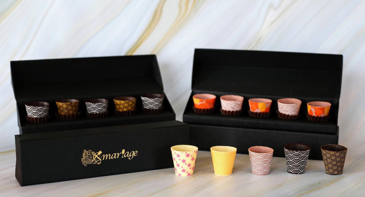 画像: 『ショコラカップ(5 コ入り)』 店舗; mariage®︎~マリアージュ(東京) 価格:2,484 円(税込)~ ショコラティエが一つ一つ手作りしているカップ型のチョコレート。ワイン、木の実、果実などを入れてお好きなマリアージュを楽しめます。