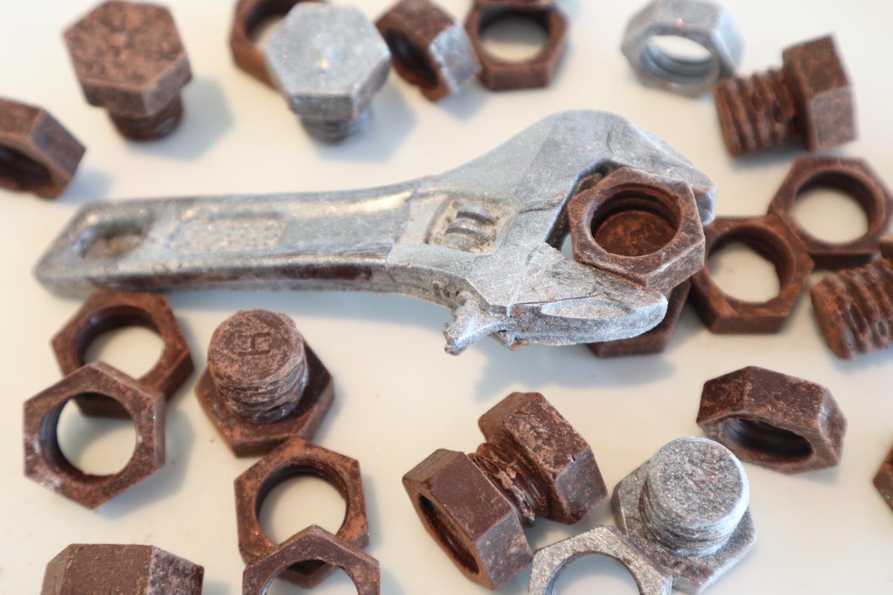 画像: 『ネジチョコ&モンキーチョコ』 店舗:ネジチョコラボラトリー(北九州) 価格:1,620 円(税込) ネジの形のユニークなチョコレート。工具を模ったサブレとのセットもご用意しています。