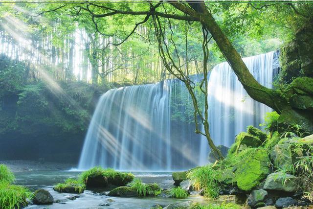 画像: 水のカーテン「鍋ヶ滝(なべがだき)」