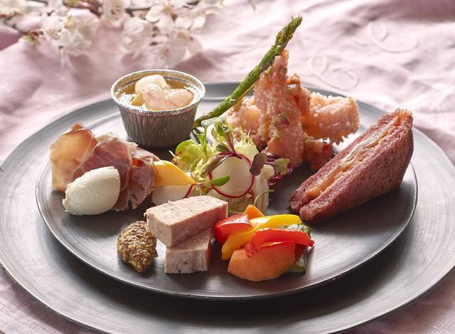 画像: ◆お花見弁当 SAKURA前菜6品 甘海老のフラン 筍と甘海老の桜香るソース、桜チップで燻したパテ・ド・カンパーニュなど、華やかな桜色の盛り合わせです。
