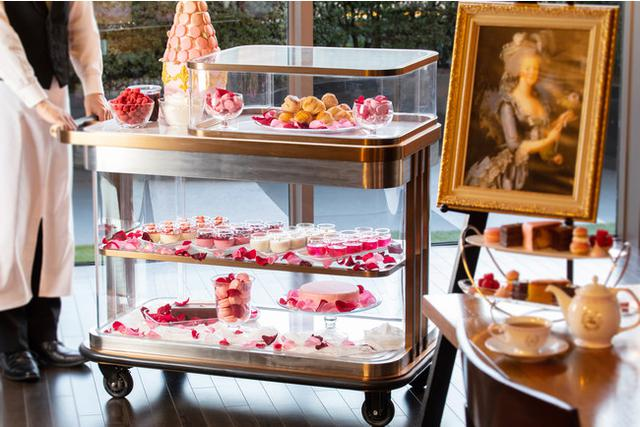 画像3: ヴェルサイユで採れたりんごとバラのエッセンスをつかったジュレをまとった華やかなピンクのケーキなど