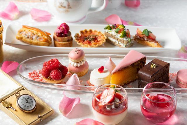 画像1: ヴェルサイユで採れたりんごとバラのエッセンスをつかったジュレをまとった華やかなピンクのケーキなど