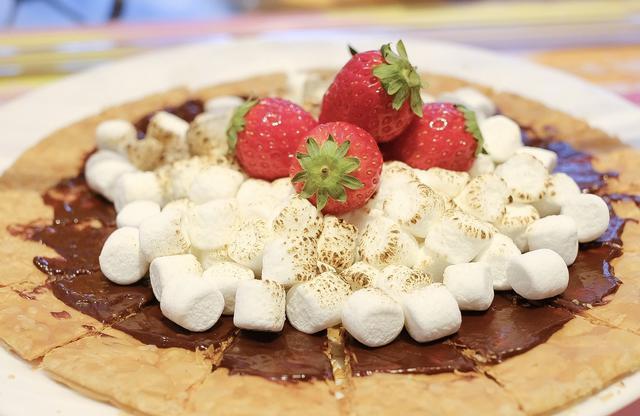 画像: チョコ&ストロベリーのスモア風クリスピーパイ