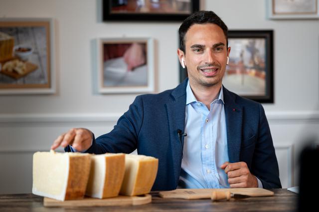 画像: 3種の説明をするパルミジャーノ・レッジャーノ・チーズ協会のアンドレア・ロブスキ氏