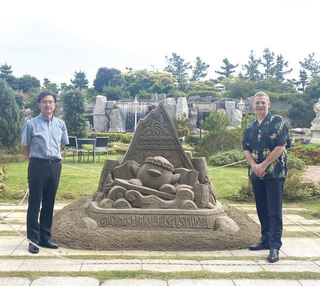 画像: (左)ハワイアン航空 日本支社 支社長 宍戸 隆哉氏 (右)シェラトン・グランデ・トーキョーベイ・ホテル 総支配人 リチャード・スタ氏