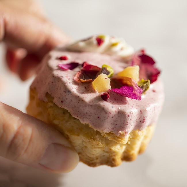 画像: 「ローズとライチ」は、ほのかに香るライチとローズのフレーバースコーンをピンクベリーのチョコレートでコーティングしました。香りも見た目も華やかに、とっておきのティータイムを彩るスコーンに仕上げました。