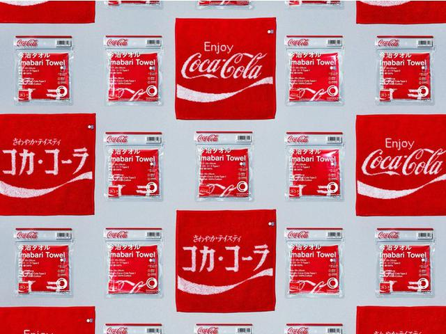 画像: ©2021 The Coca-Cola Company. All rights reserved. 男女兼用の今治タオルハンカチです。日本が誇る「今治タオル」ブランドクオリティの高吸水仕様となっています。