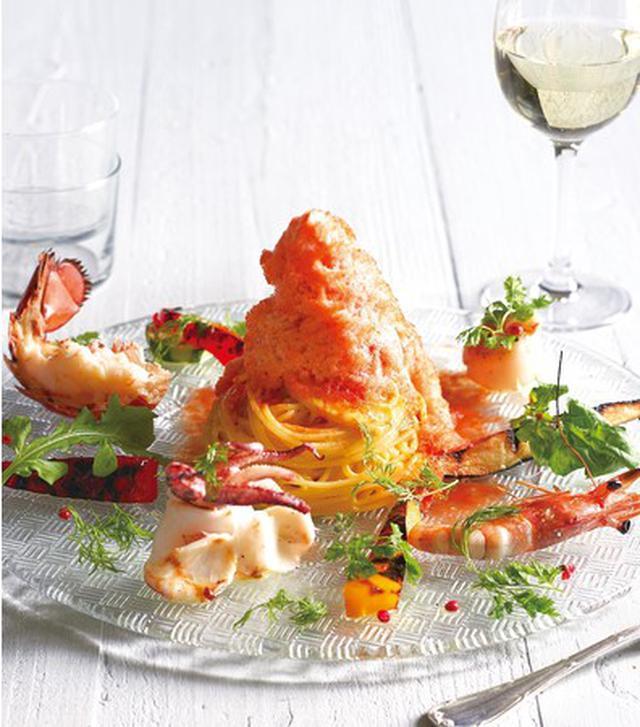 画像: オマール海老と帆立貝、イカ、 夏野菜のサフラン風味 ペスカトーレ