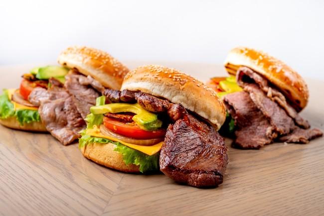 画像: 《BBQバーガーセット》 お客様自らお肉やお野菜を焼いていただき、バンズに挟んでお召し上がりいただきます。