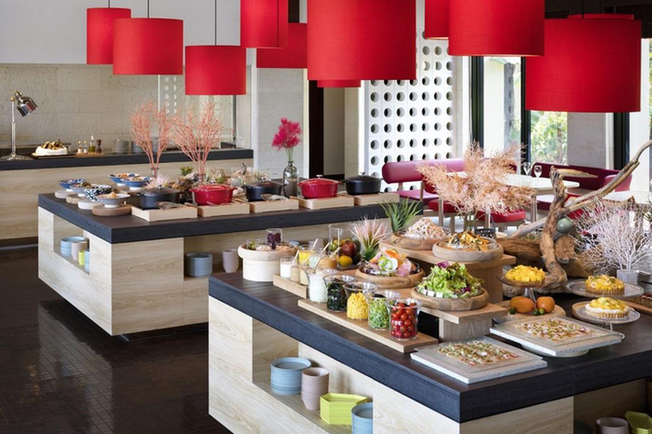 画像: 食事はビュッフェレストランの料理を堪能