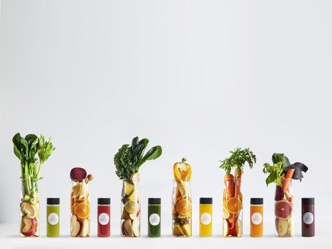 """画像: """"スロージュース"""" 300ml 850円(税抜)~ 各ジュースには、各左の量のフルーツと野菜がぎっしりと搾汁されており、定番メニュー6つをご用意"""