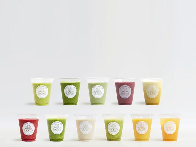 """画像: """"スムージー"""" 全11種類 Mサイズ550円、Lサイズ700円(税抜)〜 オーダーを受けてから搾るスムージーは、フルーツの本来持つ甘味のみで味付けしており、加糖は一切行わない"""