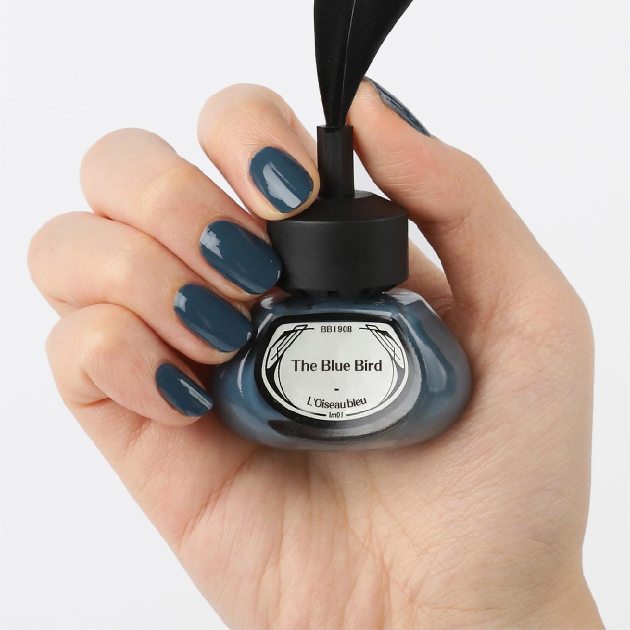 画像: et seq. | 台湾 | 羽根ペンネイルポリッシュ(1,480 円) 羽根ペンをかたどったブラシ・インク瓶のようなボトルのネイル。 知的さが漂う洗練されたネイビーブルーは、青い鳥をイメージして作られたそう。 こっくりとしたカラーで指先から秋冬を演出してみて。 jp.pinkoi.com