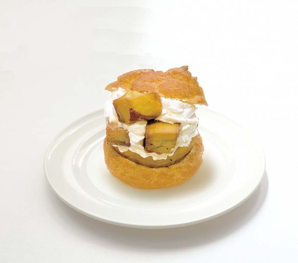 画像: ・ぽてシュー(プレーン・ごま) 販売価格 540円(税込) お芋のクリームと生クリームがたっぷり入ったシュークリームに大学芋をトッピング。