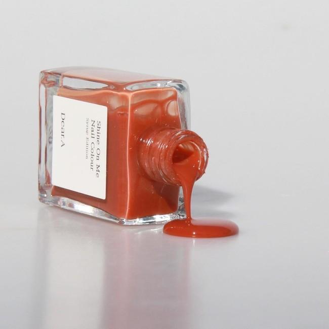 画像: SE04. FORGET ME NOT(フォーゲッ トミーノット) / 1,200円(税込) 透明感あふれるオレンジのニュアンスを含んだくすんだオレンジブラウンで、爪先まで秋色に。