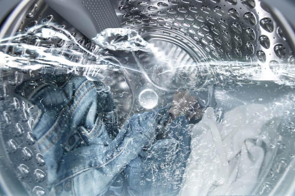 画像: 洋服の洗濯は大量の水を消費する