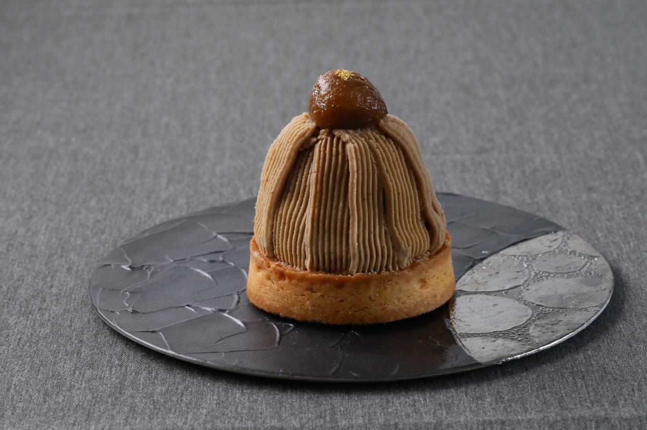 画像: 【モンブラン】 発酵バターの風味が効いたタルト生地に、栗の香りと風味をダイレクトに感じられるペーストをクリームにし上品な甘さに仕上げた大人のモンブラン。