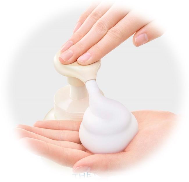 画像: 【使い方】 シャンプーの後、泡を手に取り、両手に広げて、髪全体になじませ、充分にすすいでください。 〈使用量の目安は髪が耳にかかるぐらいで約3プッシュ。肩から胸の間で約5〜6プッシュ。〉 約90回使えます。(1回に6プッシュの場合) www.kao.co.jp