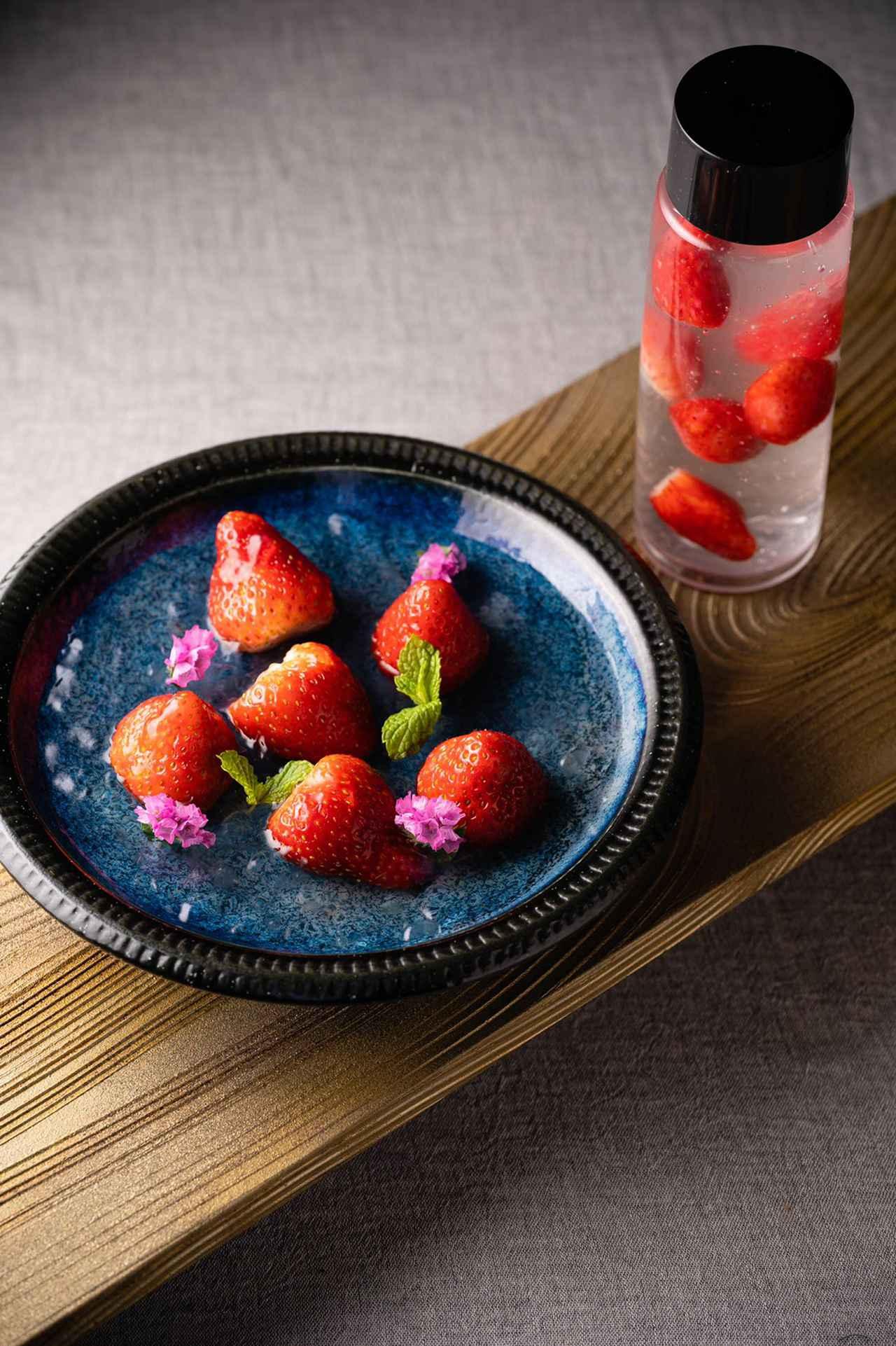 画像: 【硝子寒天】 日本の誇る四季折々のフルーツ本来の味をかんじられるように白葡萄がほのかに香る和風ゼリー。