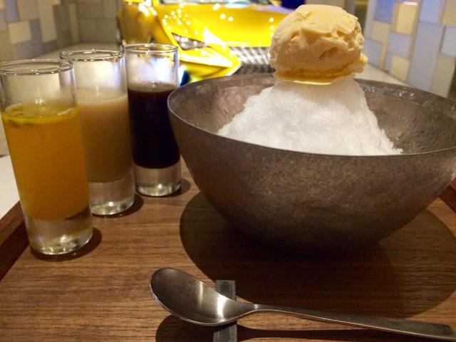 画像: 器は、氷が溶けにくいチタン製。 器に手を添えてびっくり!冷たくない!