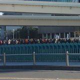 画像: 選手の通過を待つ人々#箱根駅伝 www.instagram.com