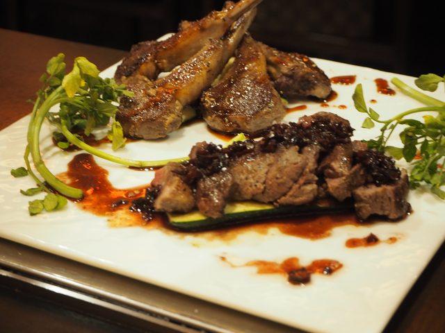 画像: ●ラムチョップの鉄板焼き ~特製香り醤油~ ●牛ヒレ肉のステーキ ~AKADAMAソース~