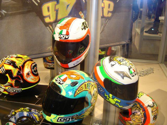 画像: http://upload.wikimedia.org/wikipedia/commons/e/e0/Valentino_Rossi%27s_AGV_helmets.jpg