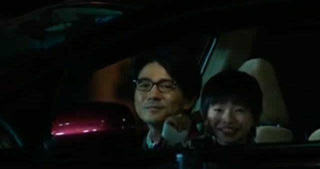 画像: そんなときにふと現れたワゴンから、人の良さそうな親子が手招き・・・