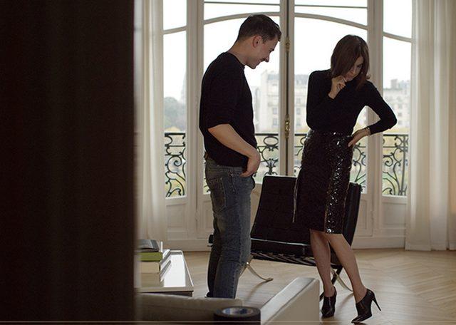 画像: タイトなスカートとピンヒールで自分を鼓舞する。
