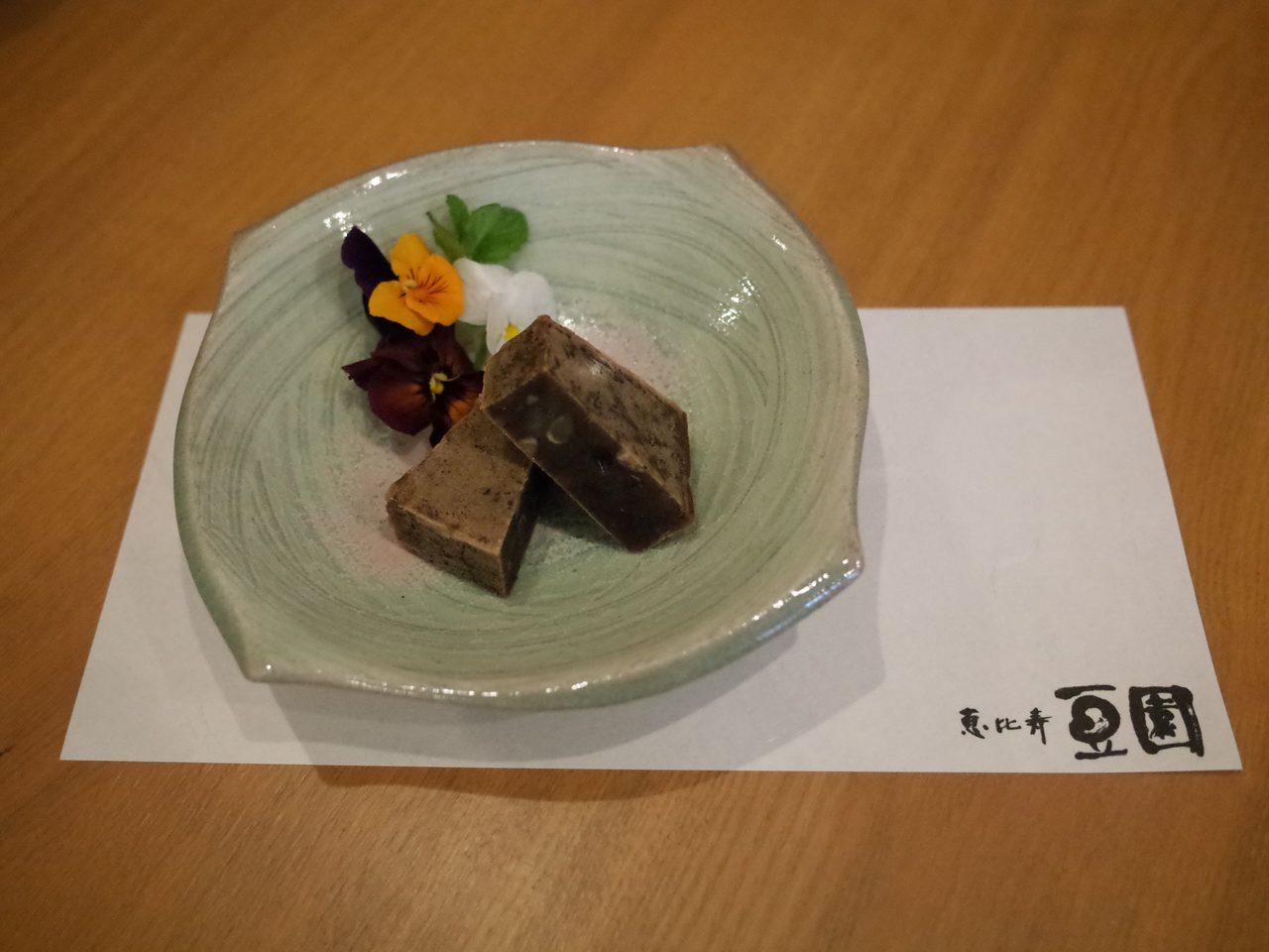 画像: 意外なほどに男性人気が高い、ショコラきんつば 〜香り高いショコラに包まれた北海道十勝産小豆。 www.mamezono.co.jp