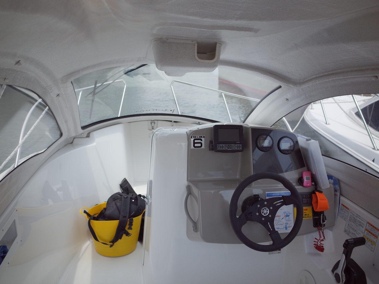 画像: 船内は非常にコンパクト。2級船舶免許で操船できる。この船は6人乗り。
