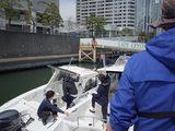 画像: 船をまたがるように渡っていく。思っていたよりも小型なボートだ。