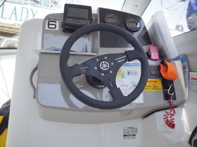 画像: 操船舵にもヤマハのロゴ