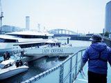 画像: クリスタルヨットクラブ天王洲から、試乗ボートの船長の先導でボートへ。