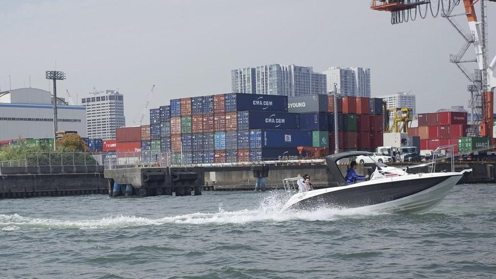 画像: スピードが出てくると、船先が浮き上がる。我々が乗ったボートは80馬力で最高速度は時速40キロ程度だった。