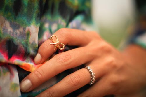 画像: ネイルアートなしのファランジリングは大人めな印象 lolitaabrahamfashion.com