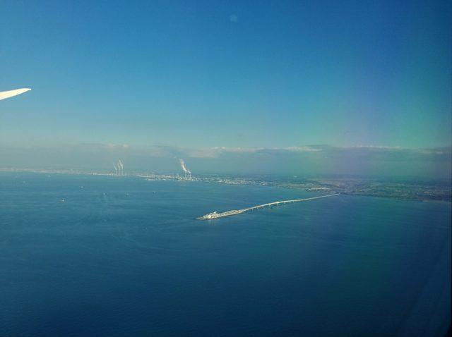 画像: 「海ほたる」を空から見下ろす