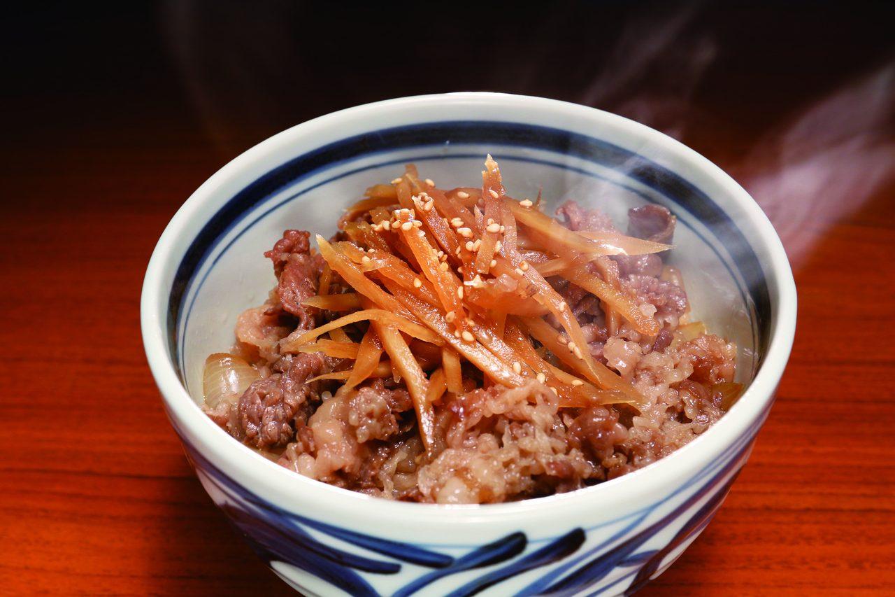 画像: 高品質の仙台牛と、じっくり炊き込んだ玉ネギとゴボウを合わせた牛丼