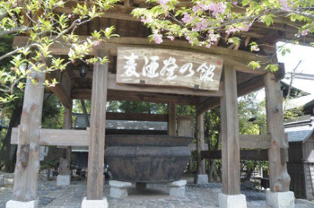 画像: 明治時代に麦酒造りを始めた当時に使われていた大きな釜が設置されている「麦酒釜の館」。ある偶然が重なって戦争を生き延びた貴重な釜