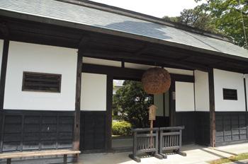 画像: 敷地内にある、国登録有形文化財指定の「長屋門」は約250年前の建築物