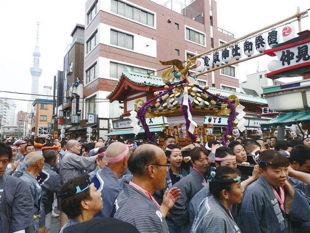 画像: 中日16日に行われた「神輿連合渡御」では約100基に及ぶみこしが浅草神社から町へと繰り出していく。延々と続くみこしの行列に仲見世は常に人で埋め尽くされていた。