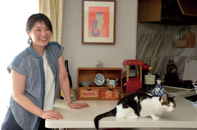 画像: 猫型イラストレーター 津田蘭子さん と おはなちゃん おはなが来た時は、まーそんさんの心が傷つかないように、何をするにもまーそんさん優先でした。あからさまにおはなを可愛がることはせず、見ていない時にちょっといじくるとか(笑)。