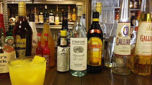 画像: オレンジジュースとお酒のボトル