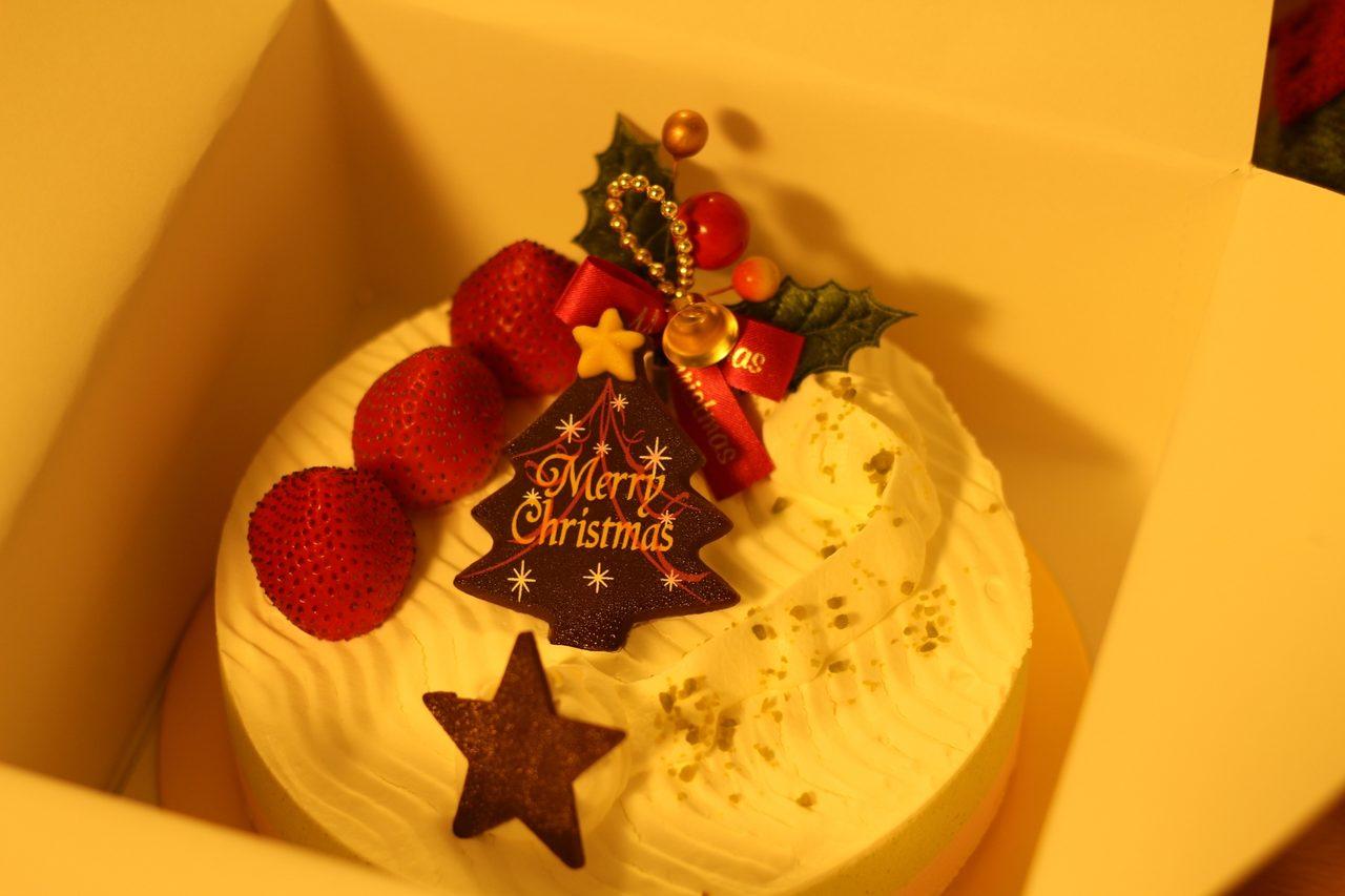 画像: 素敵なクリスマスケーキも付いてくる。 ピスタチオ+ラズベリーの軽くて食べやすいケーキだ